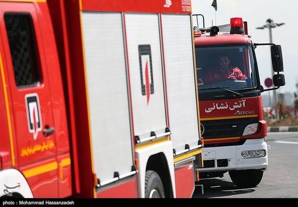 سقوط بیل مکانیکی از روی تریلی در تهرانپارس + عکس