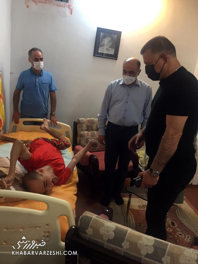 عکس  کار ارزشمند علی دایی با یک کودک معلول اشک همه را درآ ورد