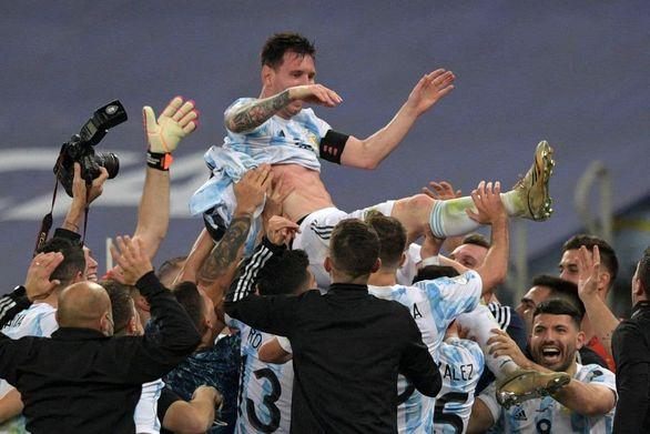 لحظه فوق احساسی لیونل مسی پس از قهرمانی آرژانتین در کوپا آمریکا + عکس
