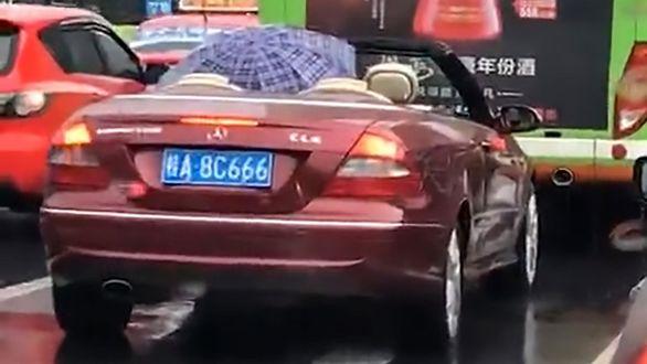 آزمایش جالب با خودروی روباز در زیر باران بدون خیس شدن + فیلم