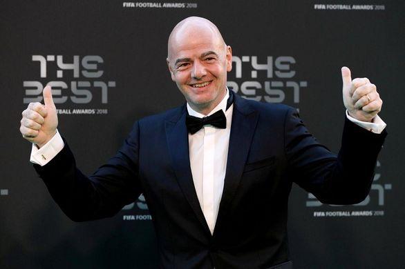 تیپ فوتبالی رئیس فیفا در کنار امیر قطر