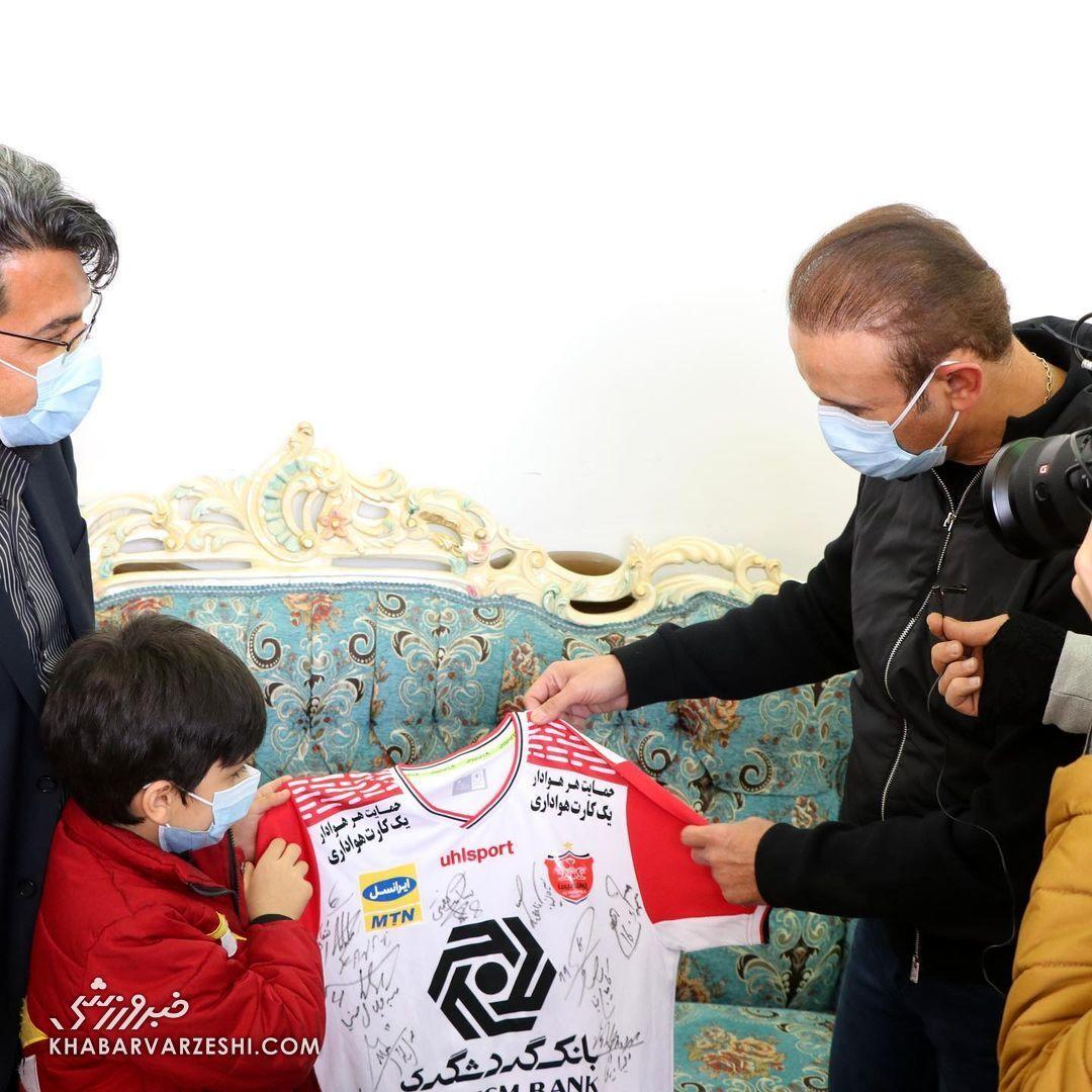 تقدیم مدال نقره یحیی گلمحمدی در لیگ قهرمانان آسیا 2020 به خانواده هوادار فقید پرسپولیس