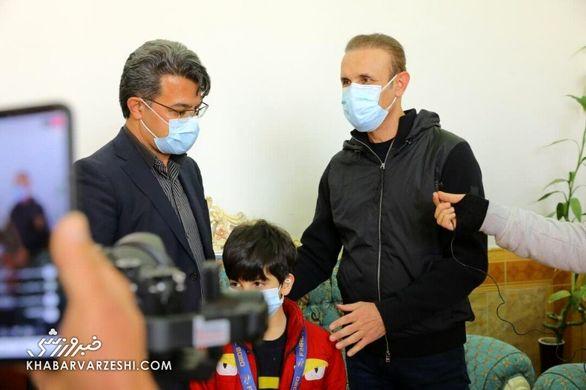 عکس  گلمحمدی نقره آسیا را به فرزند هوادار فقید تقدیم کرد