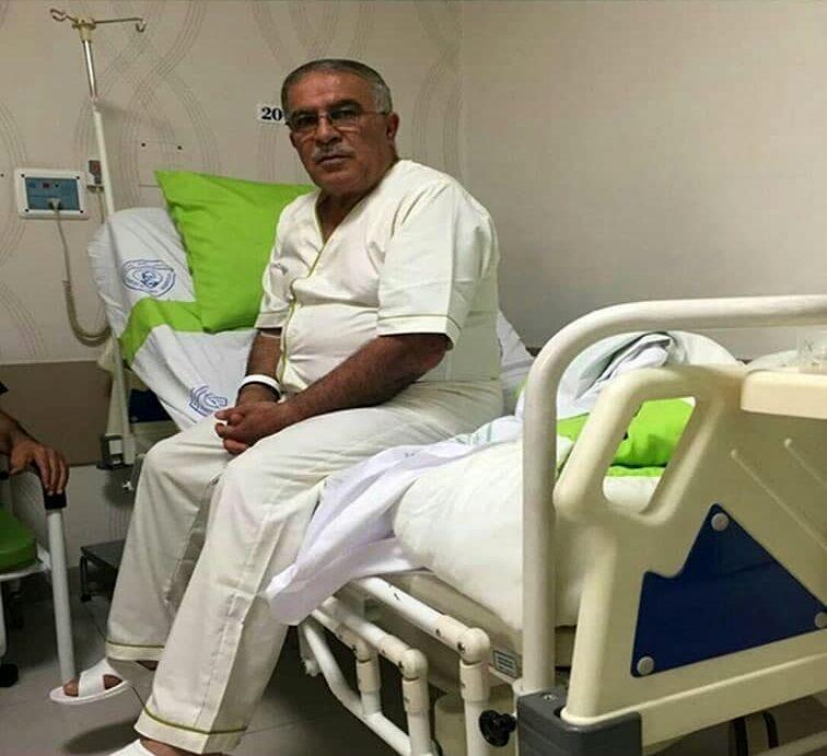 عکس  اسطوره استقلال روی تخت بیمارستان/ تماشای بازی تیم ملی قبل از جراحی
