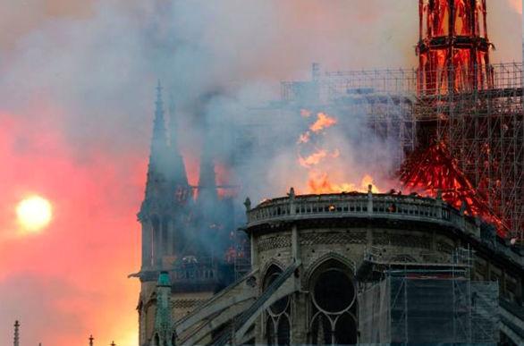 نمای هوای جالبی از میزان خسارت وارده به کلیسای نوتردام (عکس)